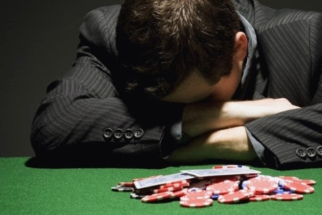 Nghiện cờ bạc dễ mất kiểm soát bản thân